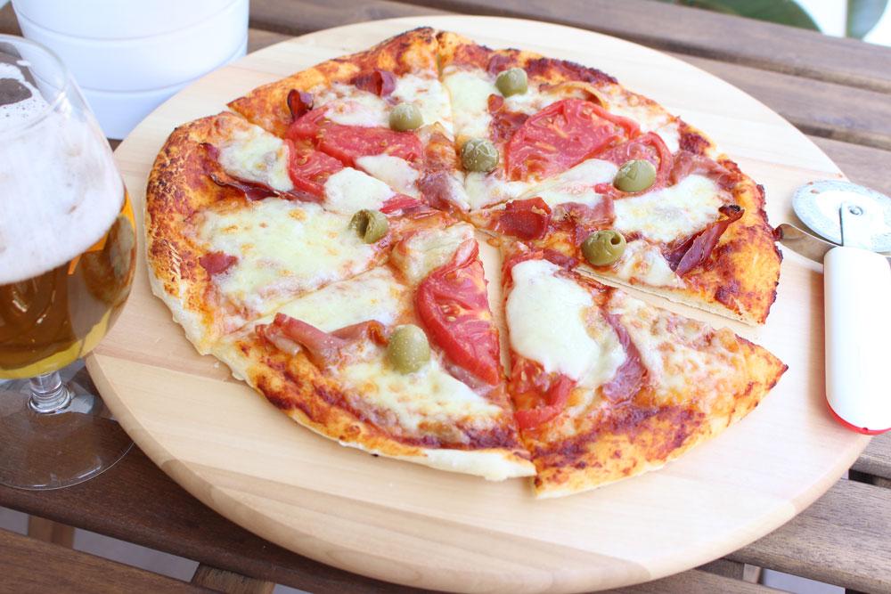pizza_cu_prosciuto_si_masline