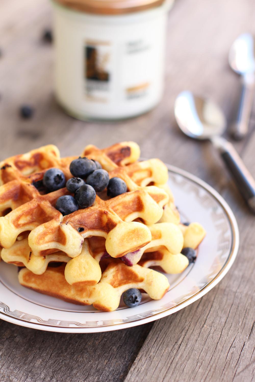 waffles_cu_iaurt_miere_si_afine