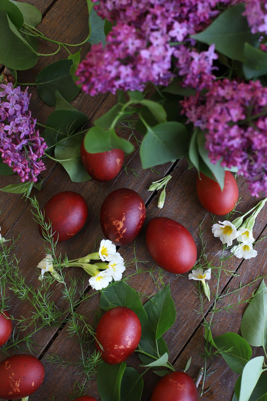 oua-rosii-vopsite-natural-cu-coji-de-ceapa