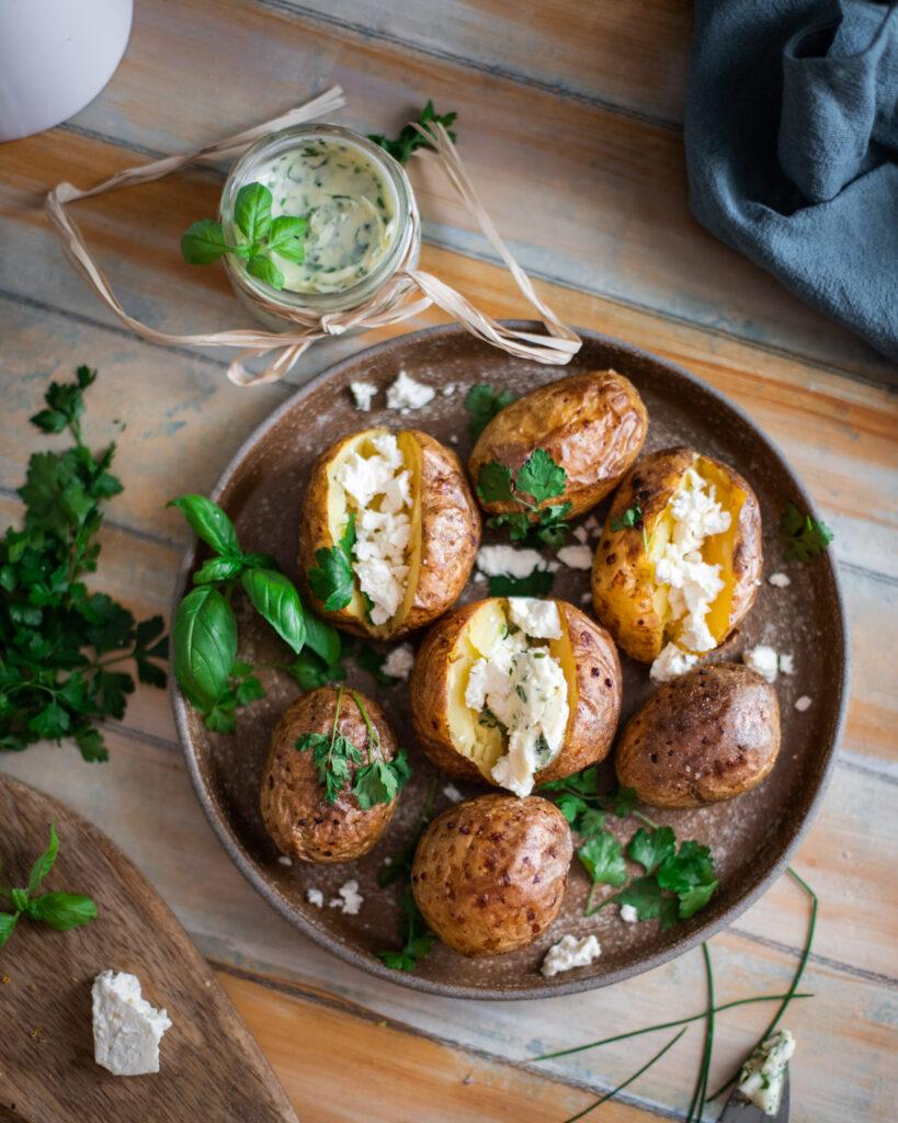 cartofi copti cu unt aromat cu verdeturi si lamaie