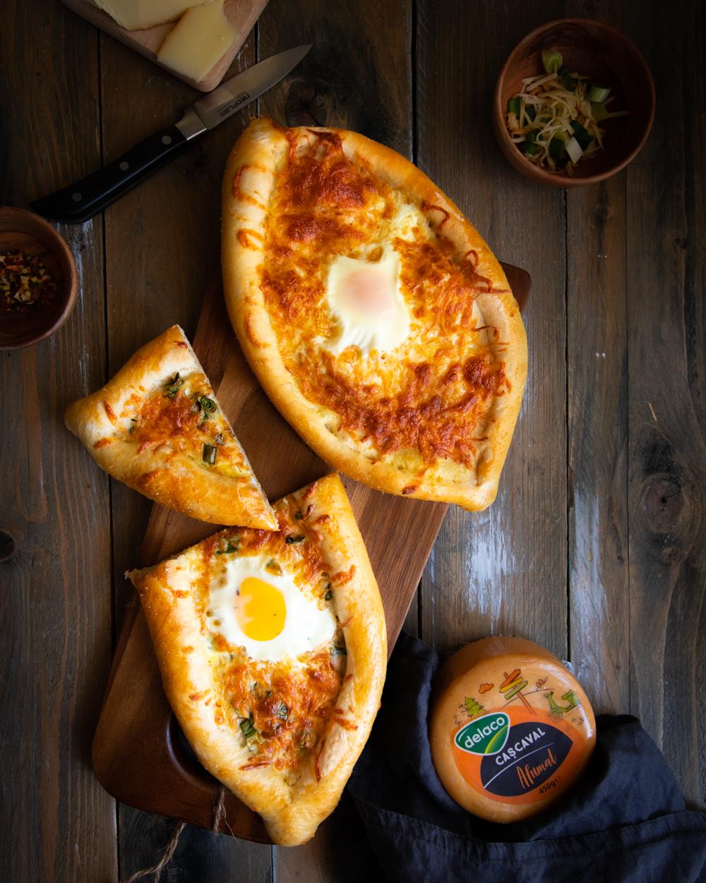 Khachapuri plăcintă cu brânzeturi și ou