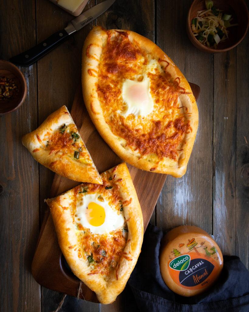 Khachapuri - plăcintă cu brânzeturi și ou