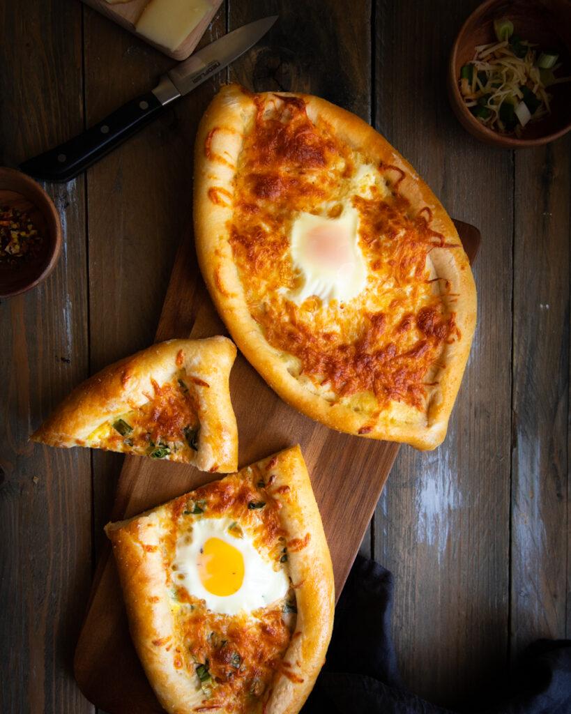plăcintă cu brânzeturi și ou