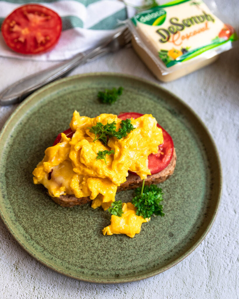 scrambled eggs cu cascaval