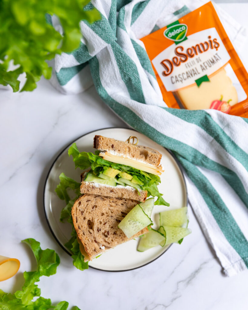 sandvis cu branzeturi si legume verzi