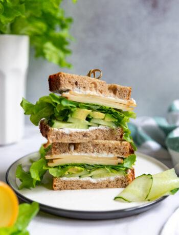 sandvis cu legume verzi