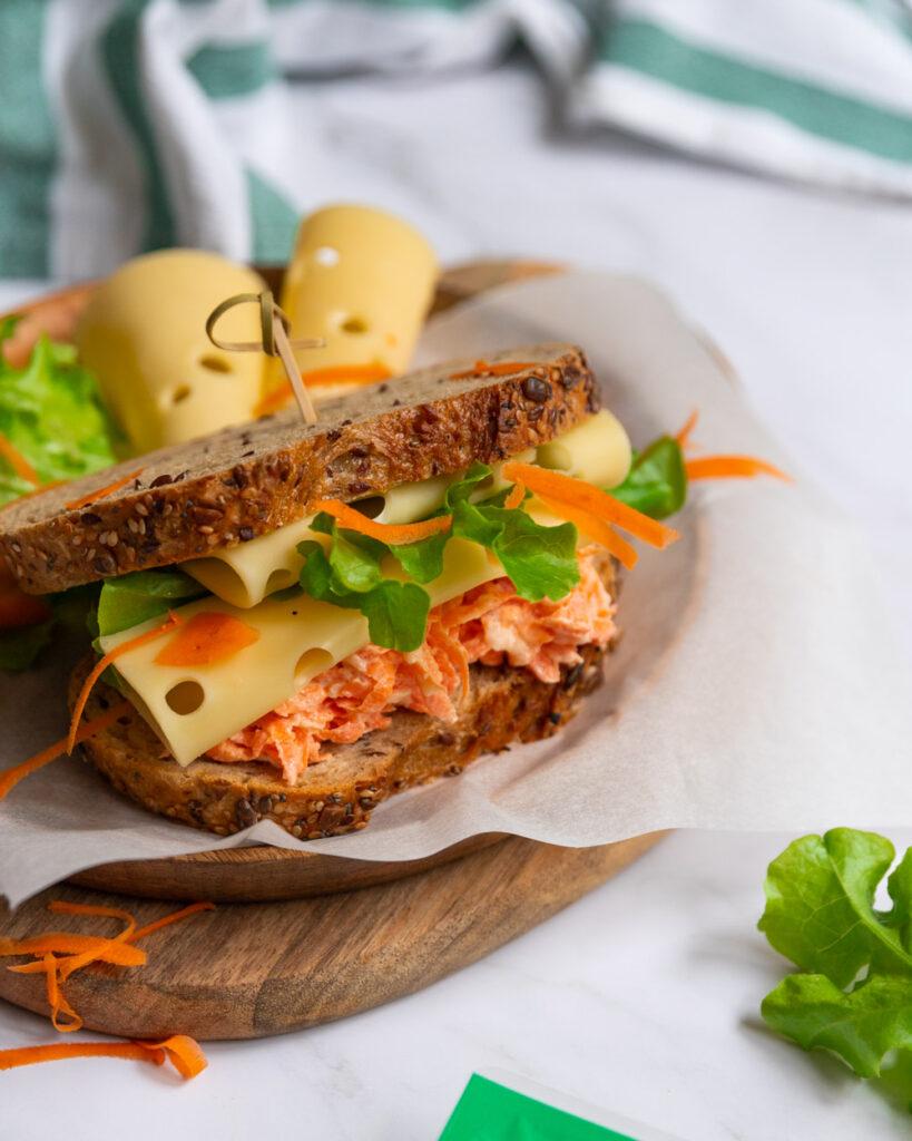 sandvis cu salta de morcovi si emmentaler